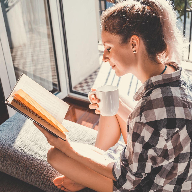 Buchtipps: Frau liest am Fenster