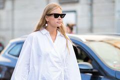 Wickelbluse: Frau mit weißer Bluse