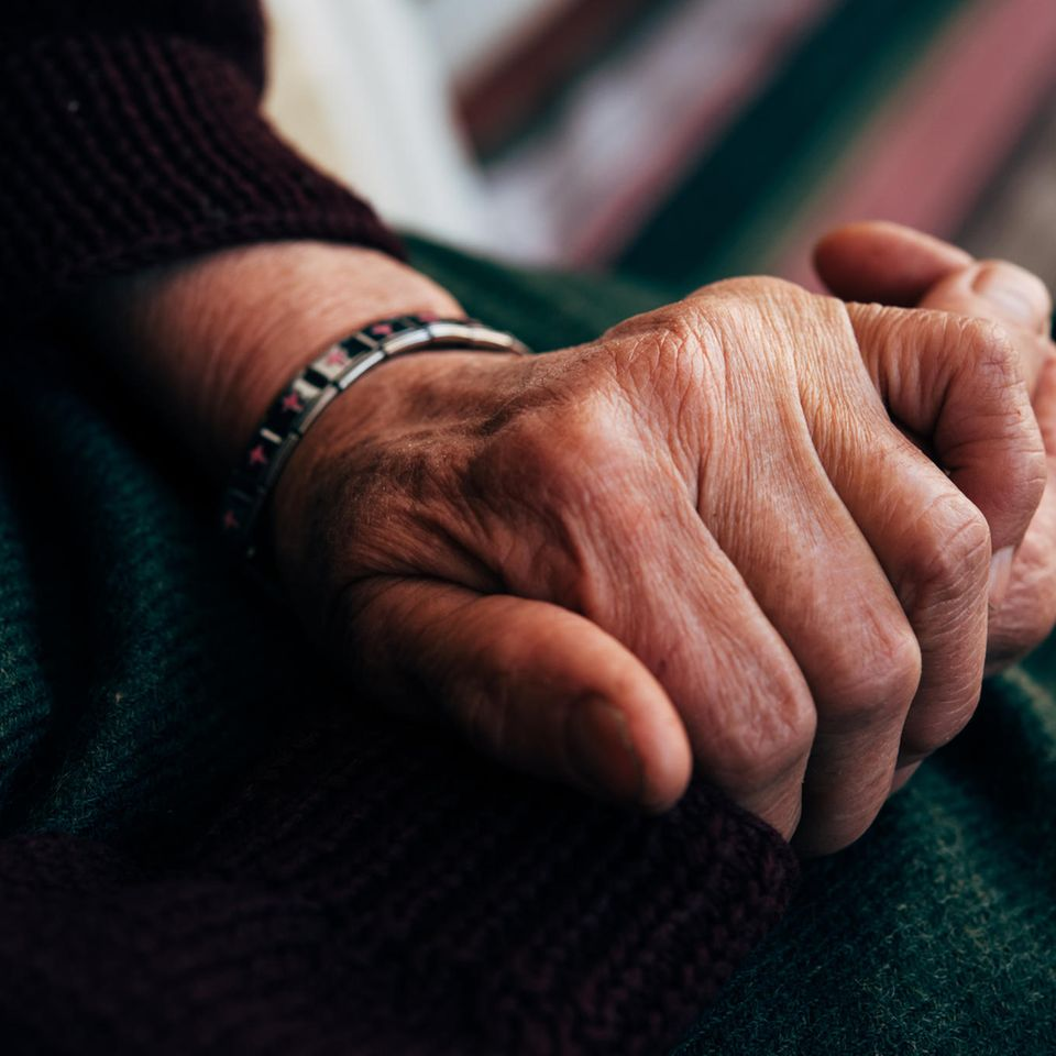 Corona aktuell: Hand alter Frau