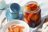 Eingekochte Pfirsiche mit Kaffee