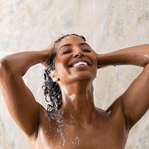 Haarewaschen Tipps: Frau wäscht sich die Haare