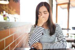 Schimmelpilzallergie: Frau muss niesen