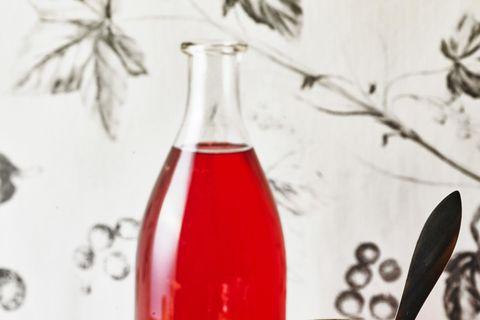 Sirup von roten Johannisbeeren mit Zitronengras