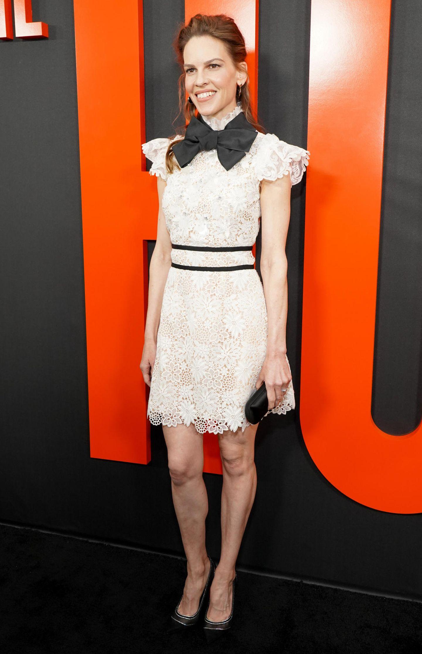 Dieses Kleid schafft dank der zarten Spitze undschwarzen Details eine tolle weibliche Silhouette.