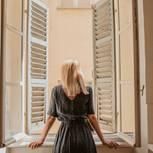 Seele aufräumen: Eine blonde Frau schaut aus dem Fenster