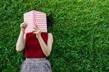 Was ich nach der Krise mache: Frau liest im Park