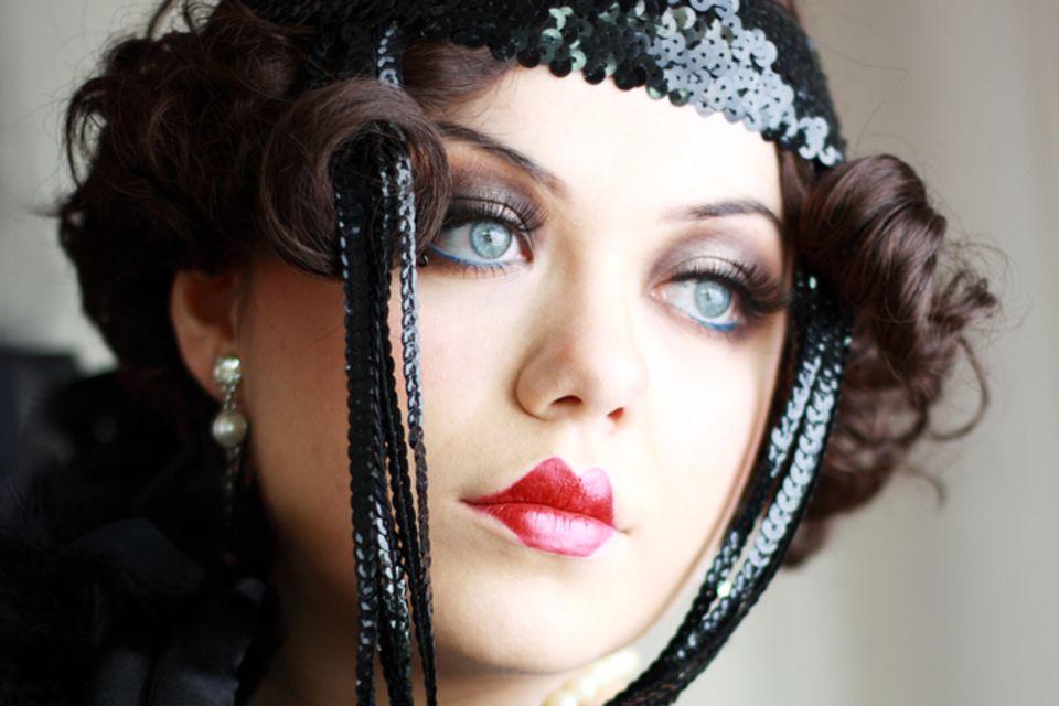 20er Jahre Frisuren: Frau mit Vintage Make up und Haarband