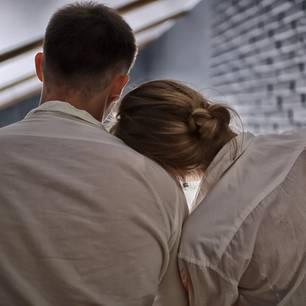 Liebe in Corona-Zeit: Frau lehnt Kopf an Schulter des Mannes