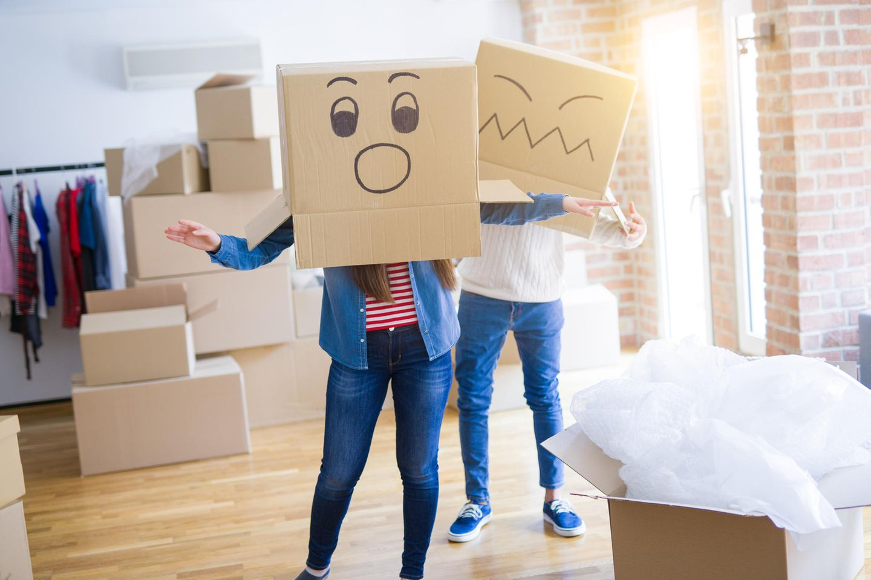 Was tut man in der Quarantäne? Frau und Mann mit Kartons über dem Kopf