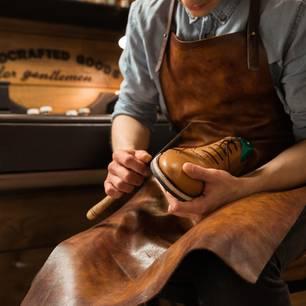 Schuster bleib bei deinen Leisten: Schuster arbeitet an Schuh