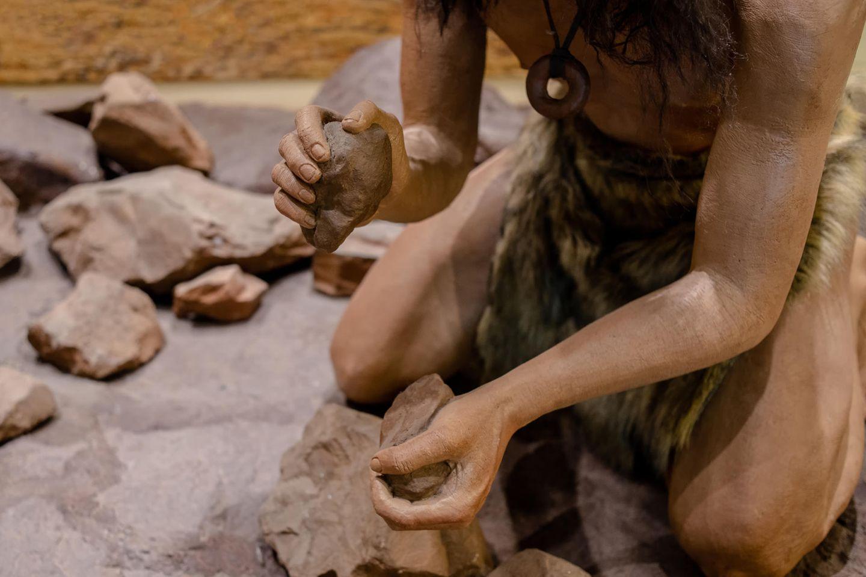 Steter Tropfen höhlt den Stein: Mann mit Feuerstein