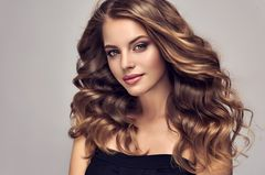 Haarparfum: junge Frau, Locken, glänzendes Haar
