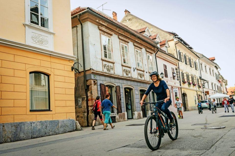 Reiseziele in Slowenien: Frau auf Fahrrad