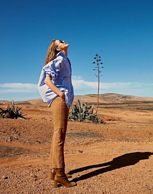 Mode in Naturfarben: Oversized-Bluse zu Wildlederhose