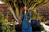Mode in Naturfarben: Maxi-Seidenkleid