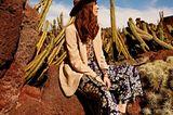 Mode in Naturfarben: Blazer und gemusterte Hose