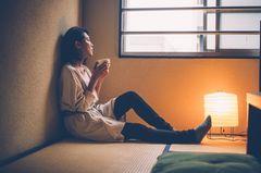 Corona aktuell: Frau alleine zu Hause
