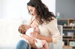 Milchbildung anregen: Stillende Frau