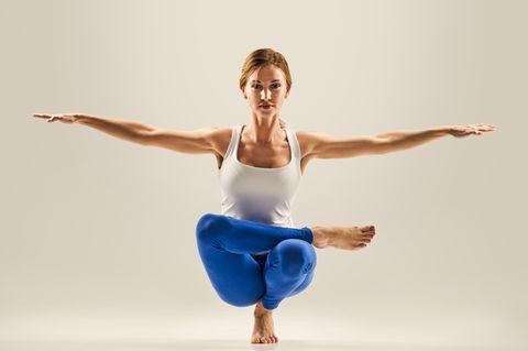 Balance-Yoga: Frau beim Yoga