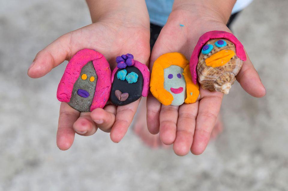 Basteln mit Kleinkindern: Steine mit Gesichtern