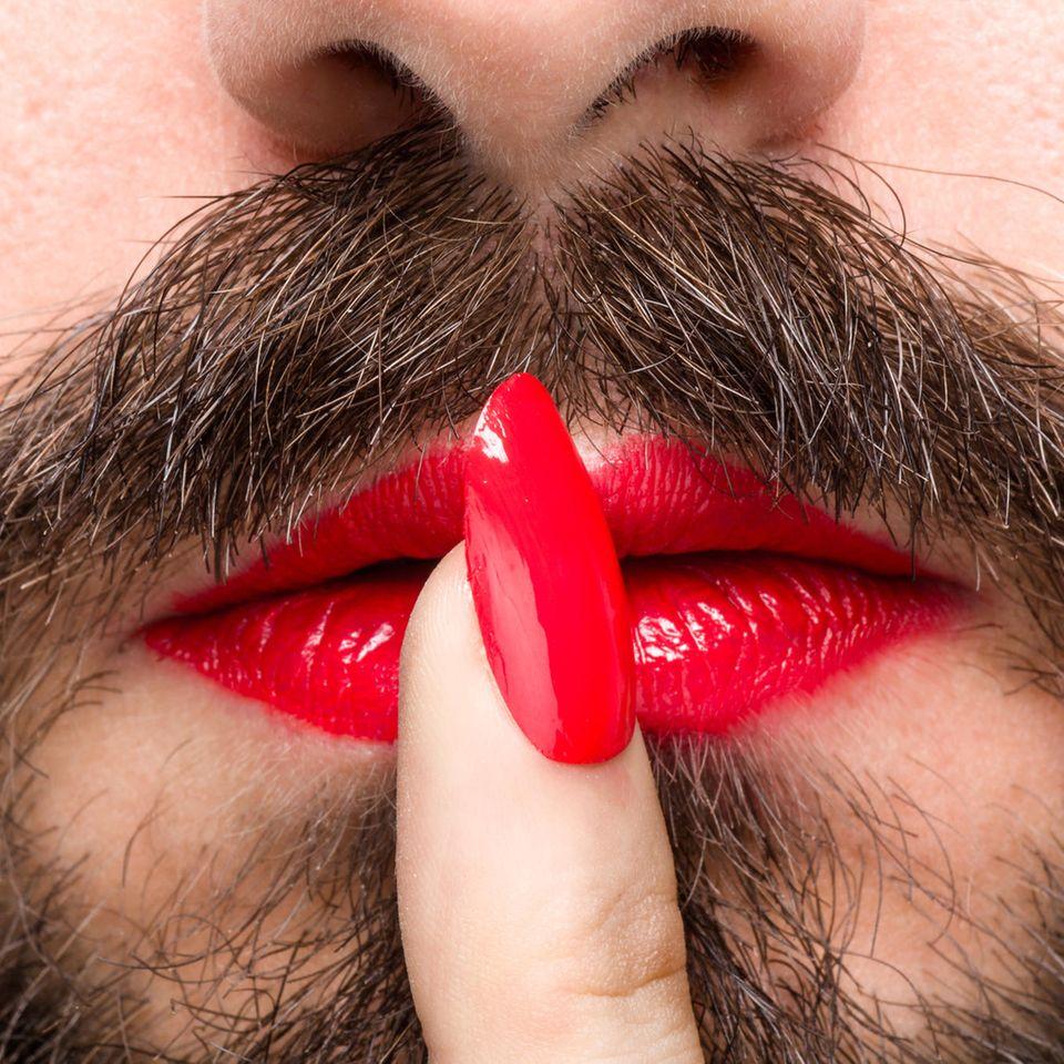 Mann mit Lipenstift