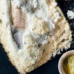 Wolfsbarsch in Rosmarin-Salzkruste mit Fenchel-Aioli