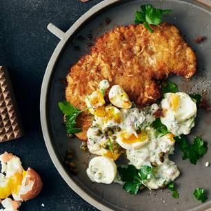 Zart geklopftes Kalbsschnitzel mit Käsekruste zu Soft-Egg-Smash