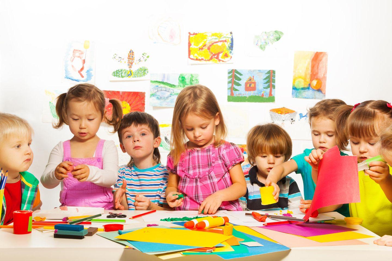 Basteln mit Kleinkindern: Kinder basteln am Tisch