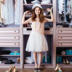Lily Cole verrät: Mit dem Zwei-Haufen-Prinzip mistest du deinen Kleiderschrank richtig aus