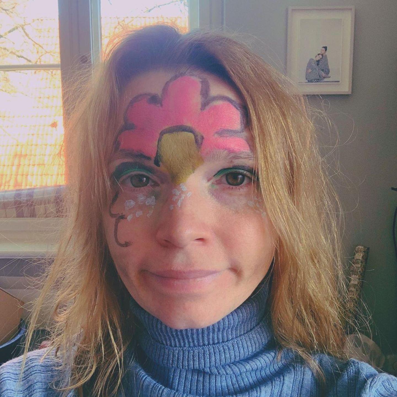 Stars im Home Office: Karoline Herfurth mit Gesichtsbemalung