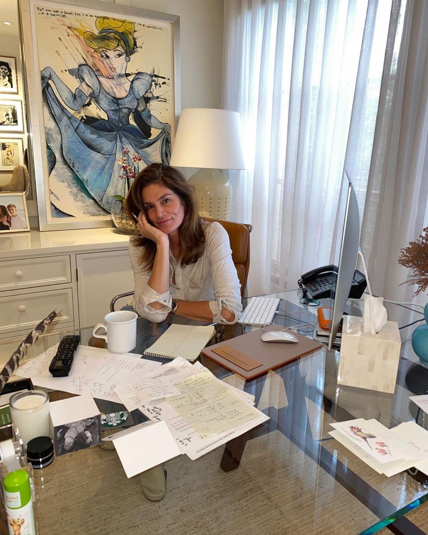 Stars im Home Office: Cindy Crawford am Schreibtisch