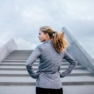 Ungewissheit: Frau steht vor Treppe