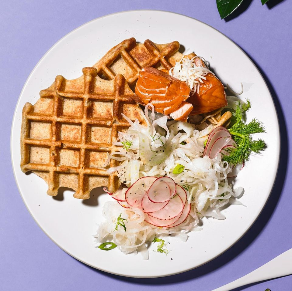 Buchweizenwaffeln mit Gemüsesalat und Lachs