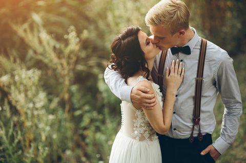 Corona aktuell: Brautpaare küsst sich