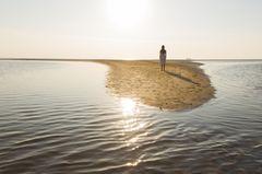 Allein glücklich: Mensch allein auf Insel