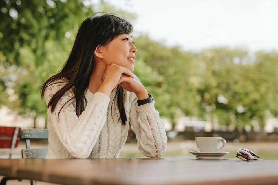 Einsamkeit nach Trennung: Frau allein in einem Café