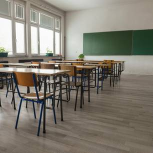 Corona aktuell: Ein leeres Klassenzimmer