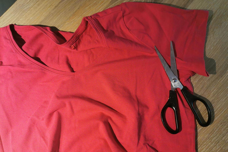 Corona aktuell: Maske schneidern - T-Shirt und Schere