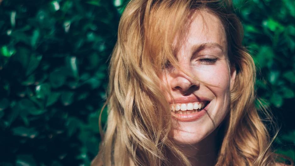 Das passiert mit deiner Haut, wenn du dich zwei Wochen nicht schminkst: Ungeschminkte Frau