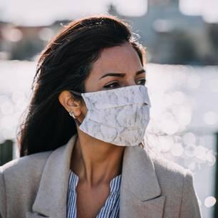 Corona aktuell: Frau mit selbstgenähter Schutzmaske