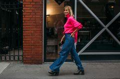 Jeans-Style: Model mit pinkfarbenen Pullover