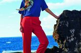 Bunte Mode: Dunkelblaue Bluse zu Marlenehose