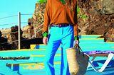 Bunte Mode: Feinstrickpullover zu blauer Hose