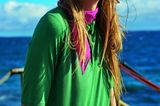 Bunte Mode: grünes Polo-Shirt mit pinkem Halstuch