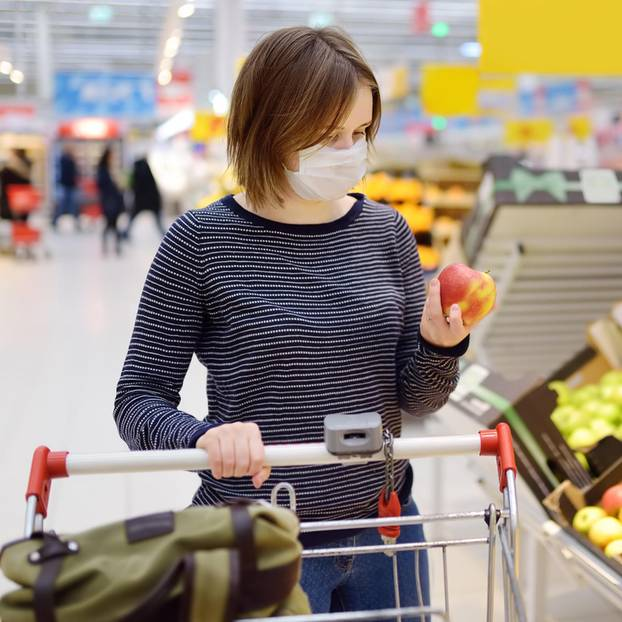 Corona aktuell: Eine Frau mit Mundschutz beim Einkaufen