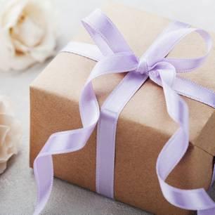 Muttertags-Geschenk: Geschenk mit lila Schleife