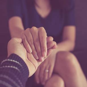 Katja Lewina: Frau hält Hand