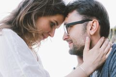 Wie kann man Beziehungsprobleme lösen? Mann und Frau halten Köpfe aneinander