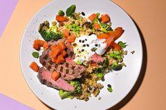 Brokkoli-Curry-Reis mit Papaya und Steakstreifen