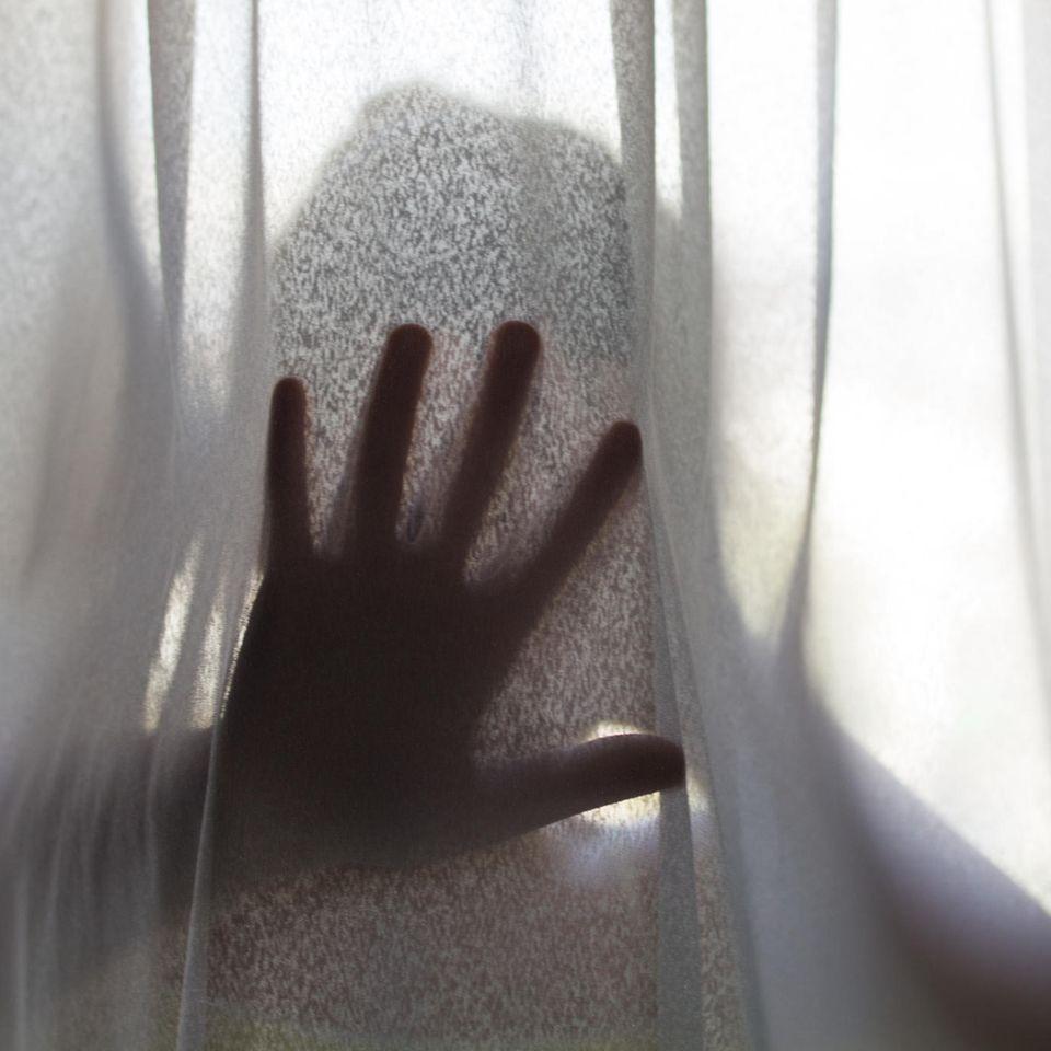 Häusliche Gewalt: Gestalt hinter Vorhang, Hand